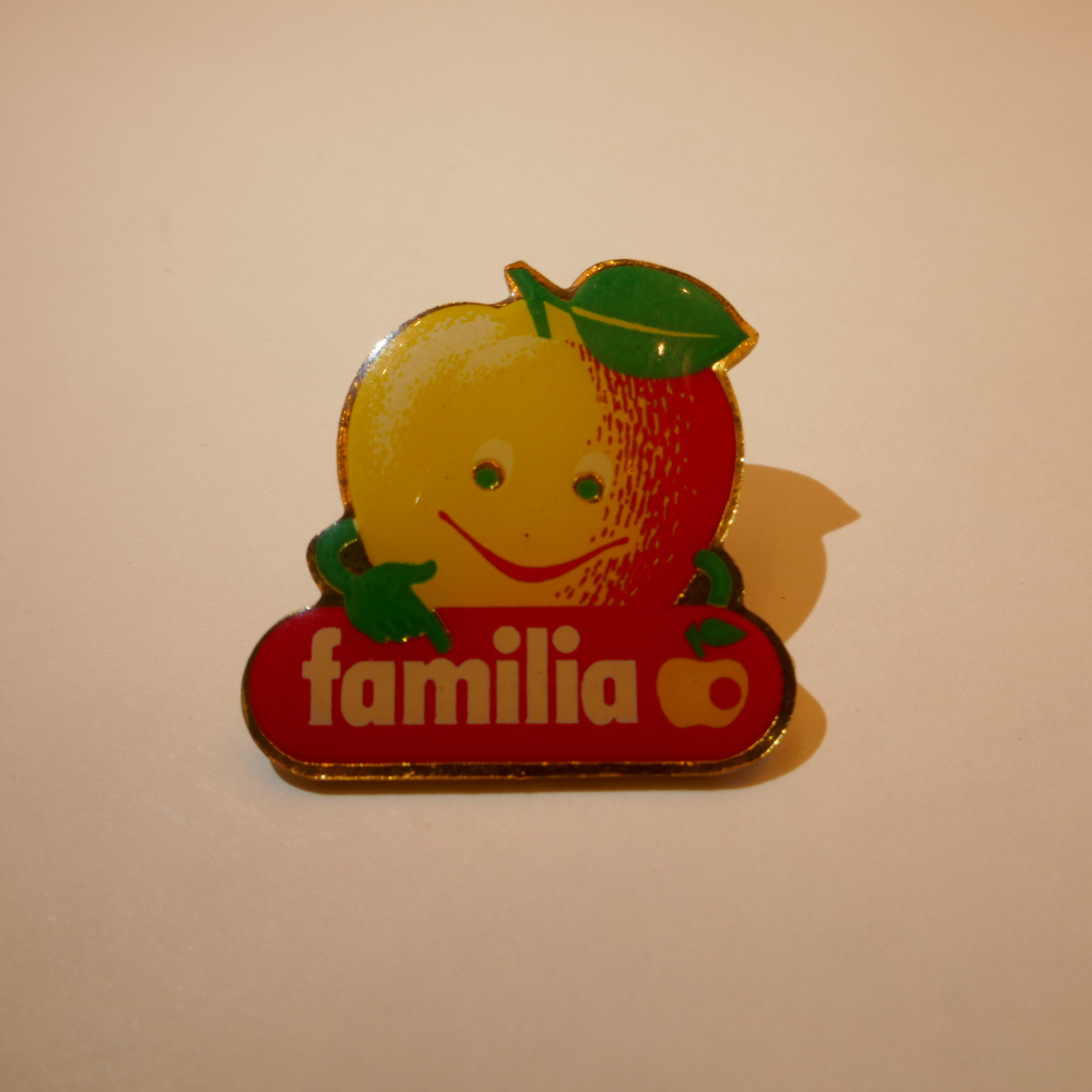 familia apple pins